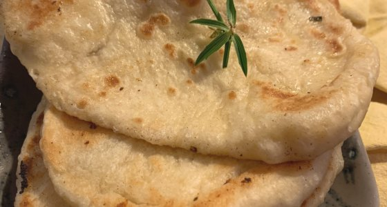 Les garlic and cheese naans